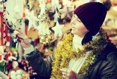 Cliente femenino alegre con los regalos de la Navidad Imagen de archivo libre de regalías