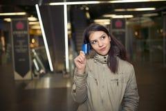 Cliente femenino con compras plásticas de la tarjeta en la alameda Mujer adolescente joven que usa la tarjeta de crédito de los p Fotos de archivo