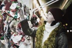 Cliente femenino con los regalos de la Navidad Fotografía de archivo