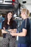 Cliente femenino en departamento del mecánico Imagen de archivo libre de regalías
