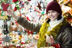 Cliente femenino joven con los regalos de la Navidad Imagen de archivo libre de regalías