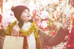 Cliente femenino ordinario con los regalos de la Navidad Imagenes de archivo