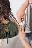 Cliente femenino que recibe corte de pelo Imagenes de archivo