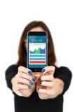 Cliente femminile che paga l'acquisto con il telefono cellulare Fotografia Stock Libera da Diritti