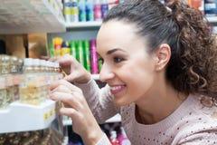 Cliente femminile che sceglie profumo immagine stock