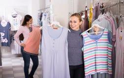 Cliente femminile che seleziona i pigiami Fotografie Stock Libere da Diritti