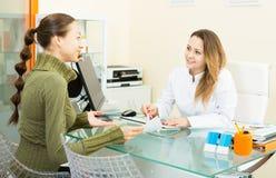 Cliente femminile che visita nel centro estetico della medicina Fotografie Stock Libere da Diritti