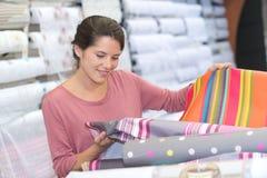 Cliente femminile felice dentro il deposito del tessuto immagine stock libera da diritti
