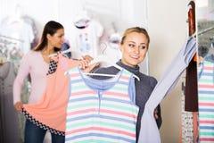 Cliente femminile sorridente che seleziona i pigiami Immagine Stock Libera da Diritti