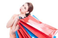 Cliente femminile stanco che tiene molti sacchetti della spesa immagini stock libere da diritti