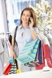 Cliente femminile sulla chiamata di telefono Fotografia Stock
