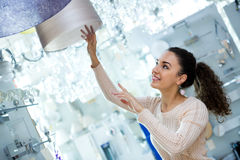 Cliente fêmea que compra luzes interiores para a casa Imagens de Stock Royalty Free
