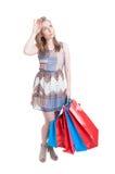 Cliente grazioso con i sacchetti della spesa variopinti che sembrano esauriti Fotografia Stock Libera da Diritti