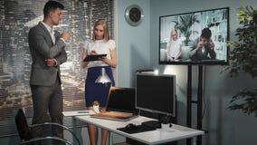 Cliente hermoso del estudio de la producción que habla con el encargado sobre la película pedida almacen de video