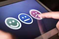 Cliente infeliz e desapontado que dá a baixas avaliação e reação negativa na avaliação foto de stock royalty free