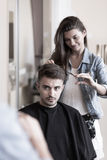 Cliente joven del peluquero y del varón Imagen de archivo