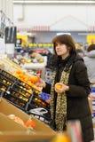 Cliente joven en el mercado Fotos de archivo libres de regalías