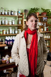 Cliente joven que compra hierbas naturales Fotos de archivo
