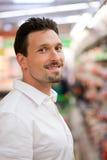 Cliente maschio astuto al supermercato Fotografie Stock Libere da Diritti