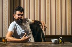 Cliente maschio che ottiene taglio di capelli dal parrucchiere Rasatura d'annata del negozio di barbiere Il parrucchiere matrice  immagini stock libere da diritti