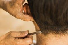 Cliente maschio che ottiene taglio di capelli dal rasoio fotografia stock