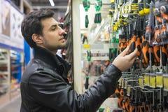Cliente maschio che sceglie i cacciaviti Fotografia Stock