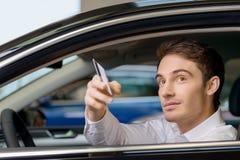 Cliente masculino que dá um cartão de crédito Foto de Stock Royalty Free