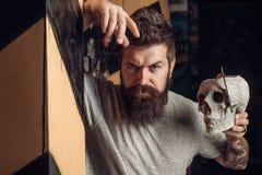 Cliente masculino que obt?m o corte de cabelo pelo cabeleireiro guarni??es Penteado e cuidado da barba do cabeleireiro Tesouras d fotografia de stock royalty free