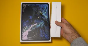 Cliente masculino que toma del último iPad de la tabla favorable almacen de metraje de vídeo
