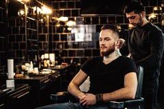 Cliente nel negozio di barbiere fotografia stock