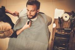 Cliente nel negozio di barbiere immagini stock libere da diritti