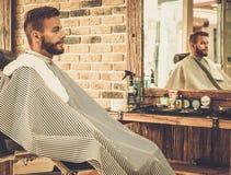 Cliente nel negozio di barbiere immagine stock