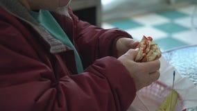 Cliente obeso que come un bocadillo almacen de video
