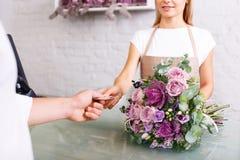 Cliente piacevole del servizio del fiorista Immagini Stock Libere da Diritti