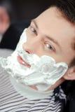 Cliente que afeita en la peluquería de caballeros imagen de archivo