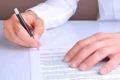 Cliente que assina a opinião traseira de acordo de empréstimo hipotecário Foto de Stock Royalty Free