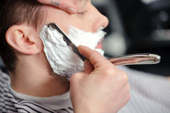Cliente que barbeia na barbearia Imagem de Stock
