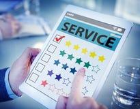 Cliente que classifica uma qualidade do serviço online Imagens de Stock Royalty Free