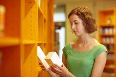 Cliente que compara la medicina Imagen de archivo libre de regalías