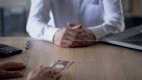 Cliente que dá o iene japonês do caixeiro de banco, transação de moeda, serviço de troca imagem de stock