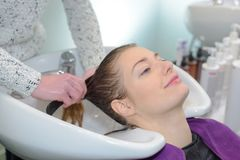 Cliente que descansa quando cabelo que está sendo limpado Imagem de Stock