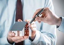 Cliente que discute um projeto da casa com um arquiteto Foto de Stock