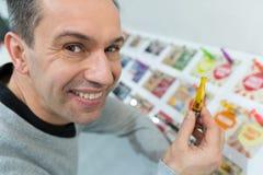 Cliente que escolhe o reenchimento do e-cigarro imagens de stock