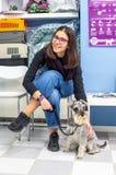 Cliente que espera con su animal dom?stico en una cl?nica veterinaria foto de archivo