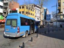 Cliente que espera del autobús para en el área especial foto de archivo libre de regalías