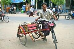 Cliente que espera del programa piloto de Trishaw para en Mandalay Imagen de archivo libre de regalías