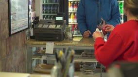 Cliente que espera para comprar comida almacen de metraje de vídeo