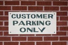 Cliente que estaciona somente o sinal Fotografia de Stock