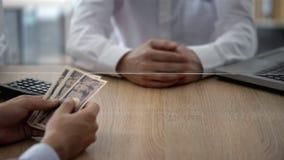 Cliente que faz o depósito dos ienes japoneses no banco, nas economias e na despesa pessoal imagens de stock