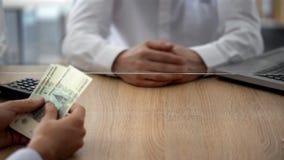Cliente que faz o depósito dos rublos de russo no banco, nas economias e na despesa pessoal fotos de stock